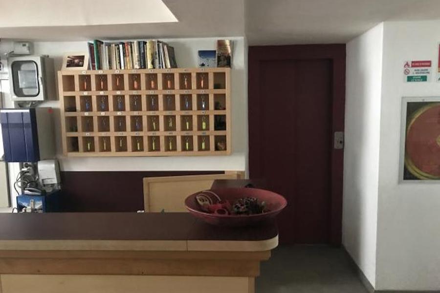reception con chiavi e ascensore