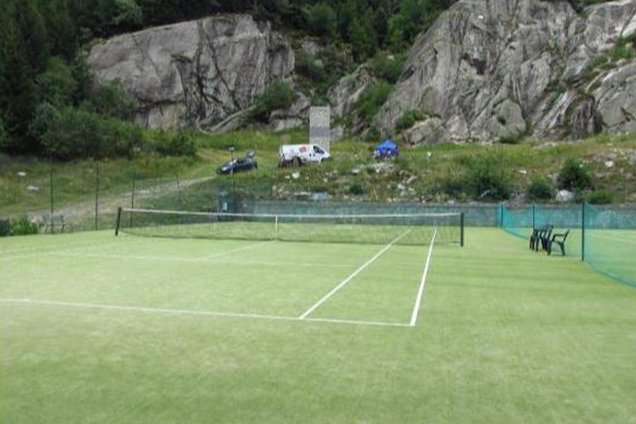 campo multiuso da tennis e calcio
